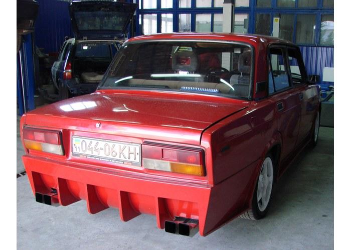 Бампер является элементом обвеса на ВАЗ 2105-2107.  При наличии такого обвеса автомобиль устрашающе агрессивен...